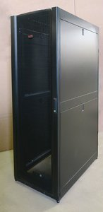 136700_apc-ar3100-netshelter-sx-server-19-600mm-x-1070mm-networking-rack-cabinet-42u-39545-p.jpg